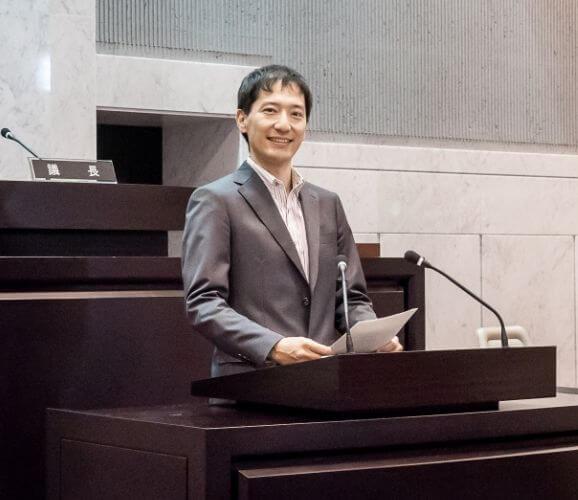 安竹洋平小平市議会登壇の様子